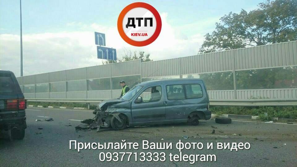 Под Киевом водитель пострадал в серьезном ДТП