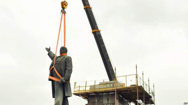 В селе Одесской области наконец демонтированы коммунистические памятники
