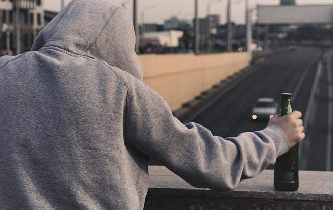 В Луцке пьяная женщина пыталась спрыгнуть с моста на глазах у дочери