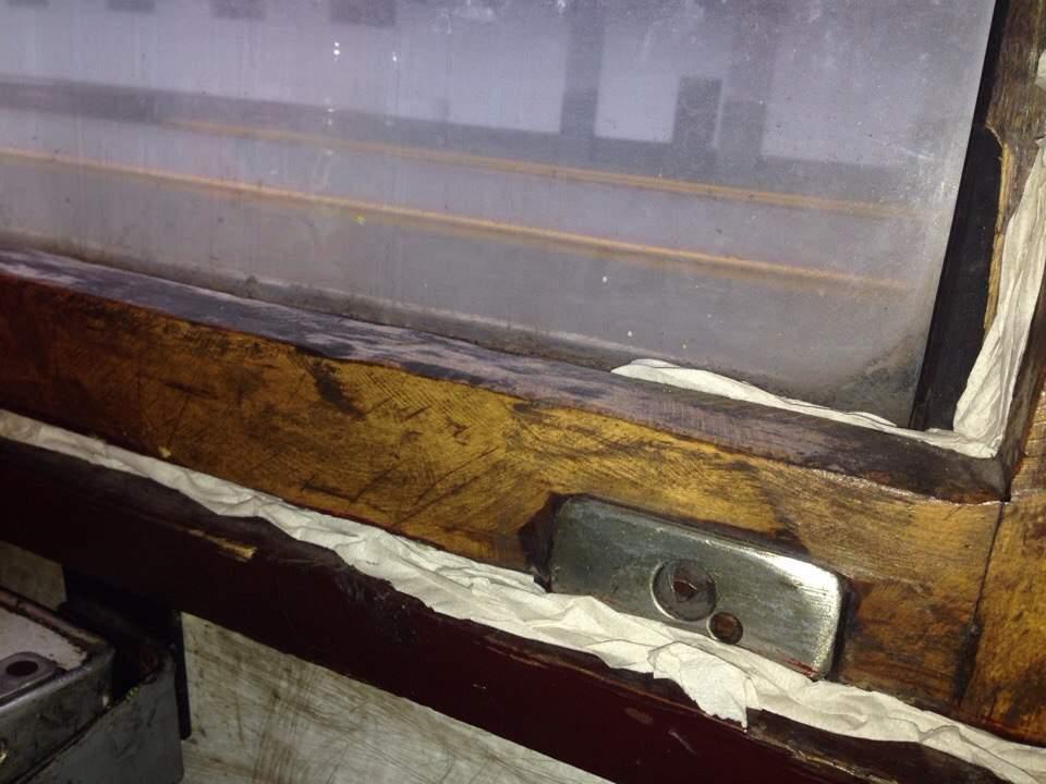 Фотофакт: в поезде Одесса-Черновцы щели в окнах заклеили туалетной бумагой (фото)