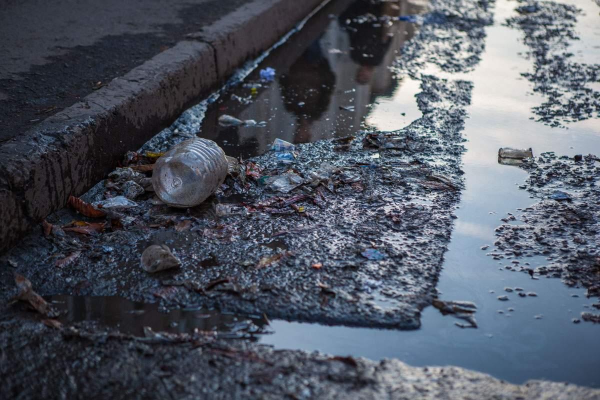 В Днепре лужа фекалий фактически поглотила целую улицу (Фото)