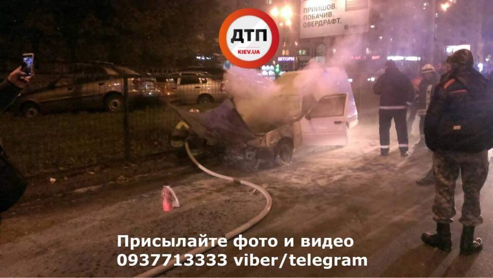 ЧП в столице: Люди пытались потушить вспыхнувшее авто (Фото)