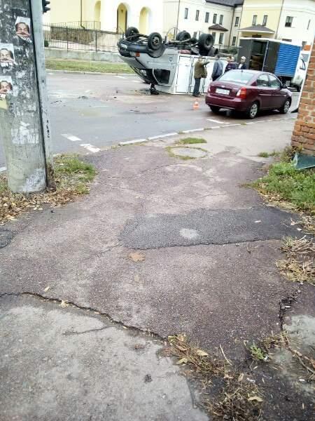 В Чернигове в результате аварии ГАЗель опрокинулась на крышу (фото)