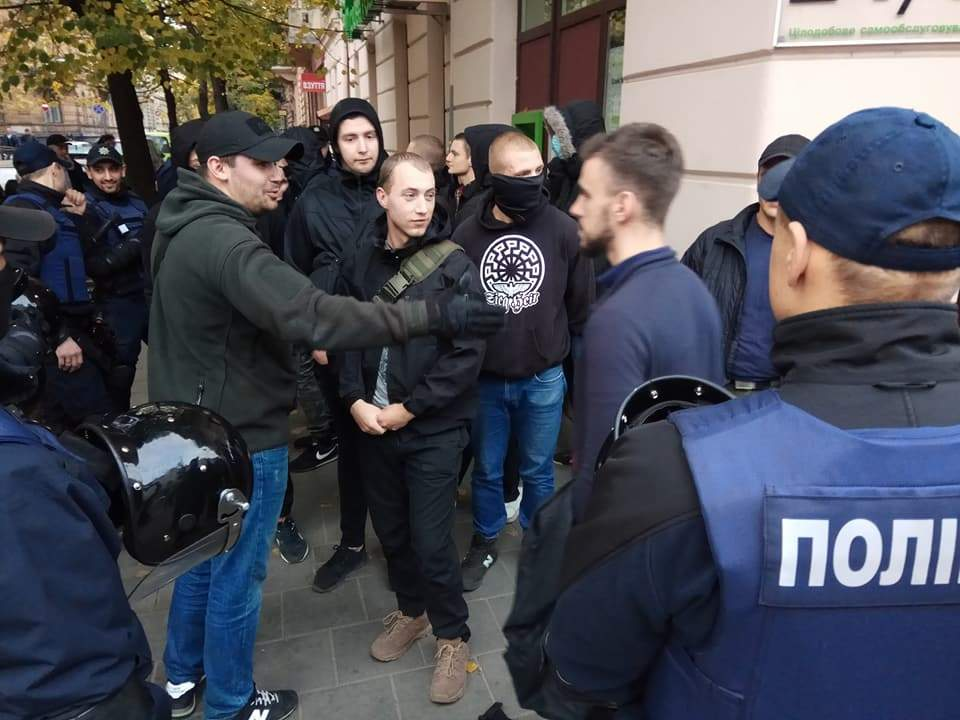 Во Львове полицейские задержали 50 человек с ножами, кастетами и цепями (Фото)