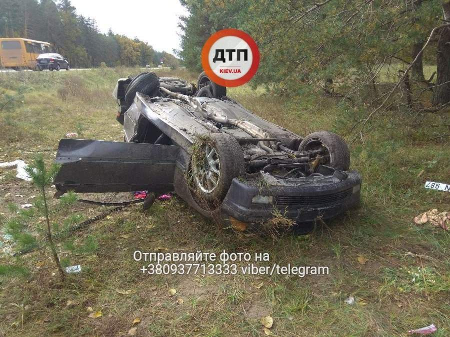 По Киевом в кювете лежит перевернутое авто (Фото)