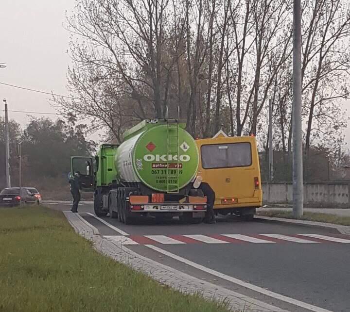 Во Львове столкнулись маршрутка и бензовоз (Фото)