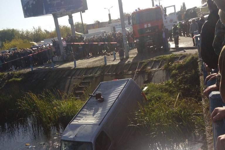 В Хмельницкой области спасатели доставали из реки затонувший микроавтобус (Фото)