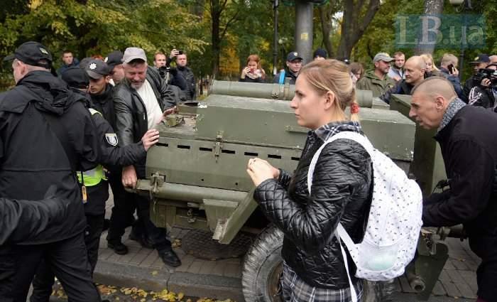 Под Раду привезли полевую кухню, прорвавшись через кордон полиции (фото)