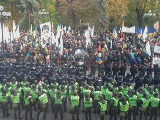 У здания Верховной Рады участники акции протеста устанавливают палатки и спальники (фото)