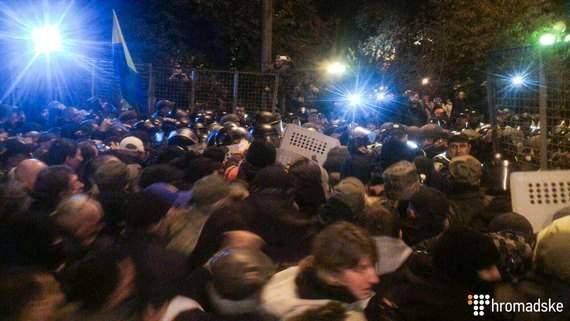 В Киеве возле здания Верховной Рады произошли новые стычки правоохранителей с митингующими (видео)