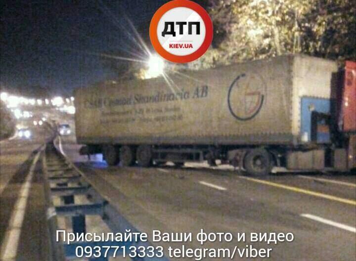 В Киеве столкнулись грузовая фура и легковой автомобиль (фото)