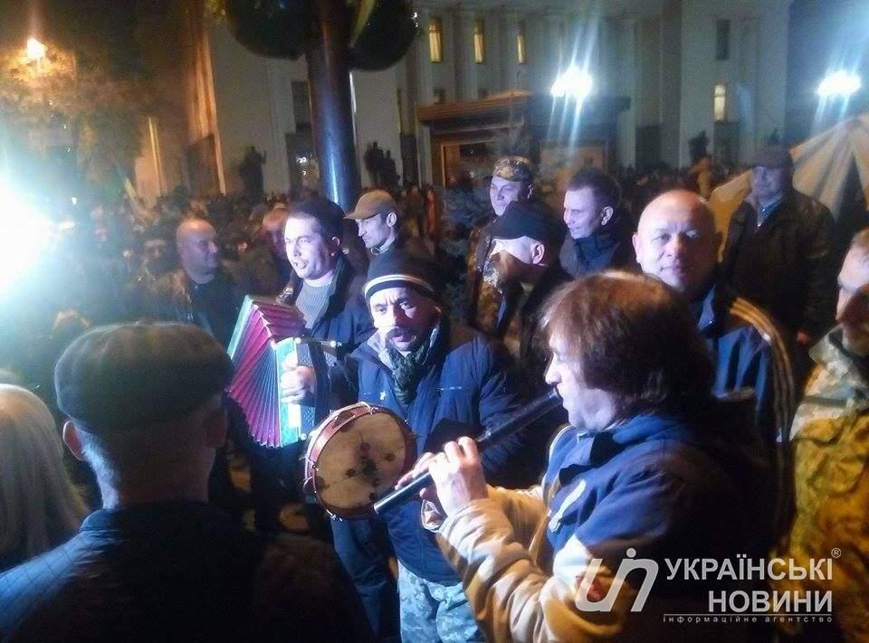 Под зданием Верховной Рады установили более 60 палаток (фото)