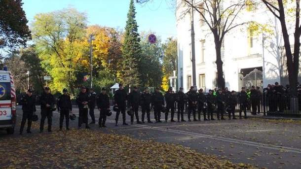 В Киеве у здания Верховной Рады правоохранители не разрешали митингующим пронести воду и еду (фото)