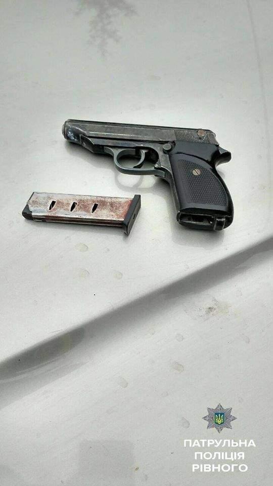 В Ровно остановили авто с оружием, наркотиками и ребенком за рулем (Фото)