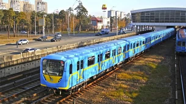 На перегоне станций киевского метрополитена мужчина попал под поезд
