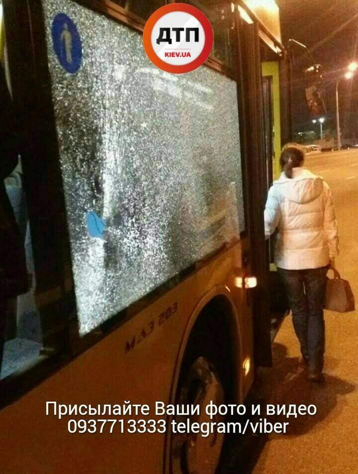 В Киеве неизвестные закидали камнями автобус с людьми (фото)
