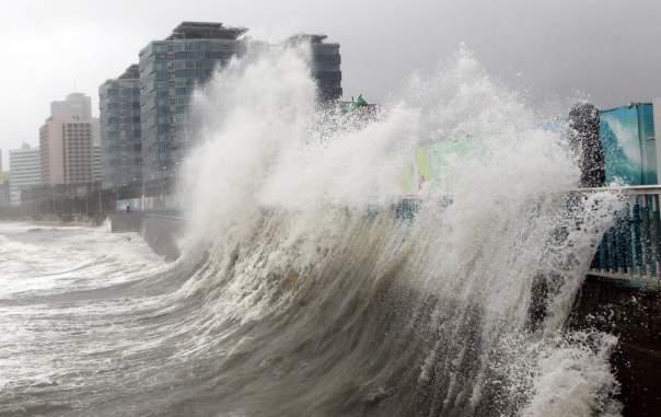 В Японии бушует сокрушительный тайфун. Есть погибшие