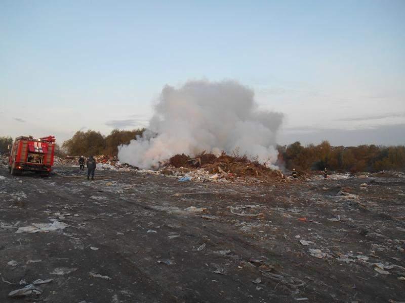 На Киевщине вблизи аэропорта горит мусорная свалка (фото)