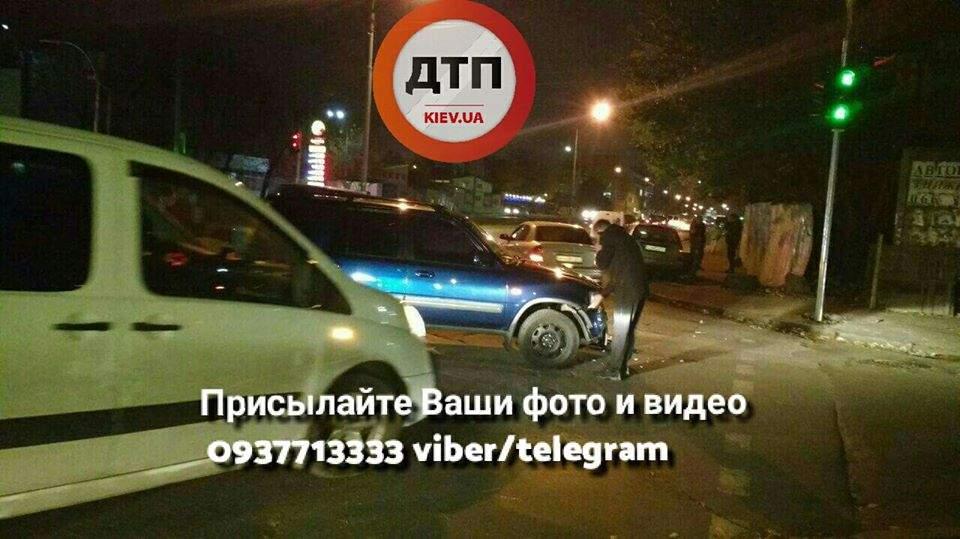 В Киеве на перекрестке столкнулось несколько авто (Фото)
