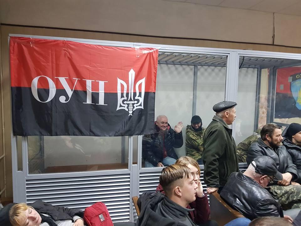 Спецназ начал штурм Святошинского суда в Киеве где забаррикадировались активисты
