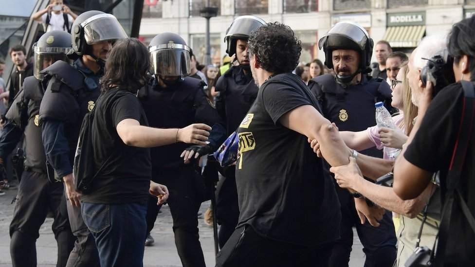 Испанская власть готова применять силу для подавления протестов в Каталонии