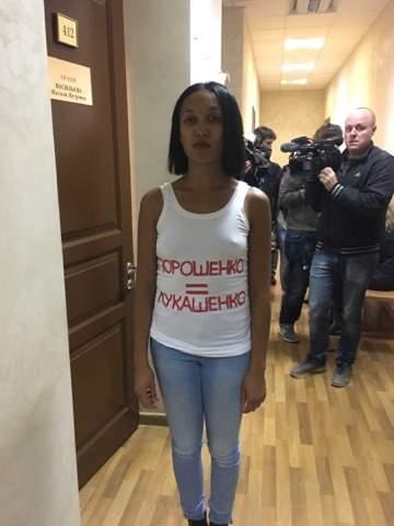 Активистка «FEMEN» пришла в Печерский суд в провокационной майке (фото)