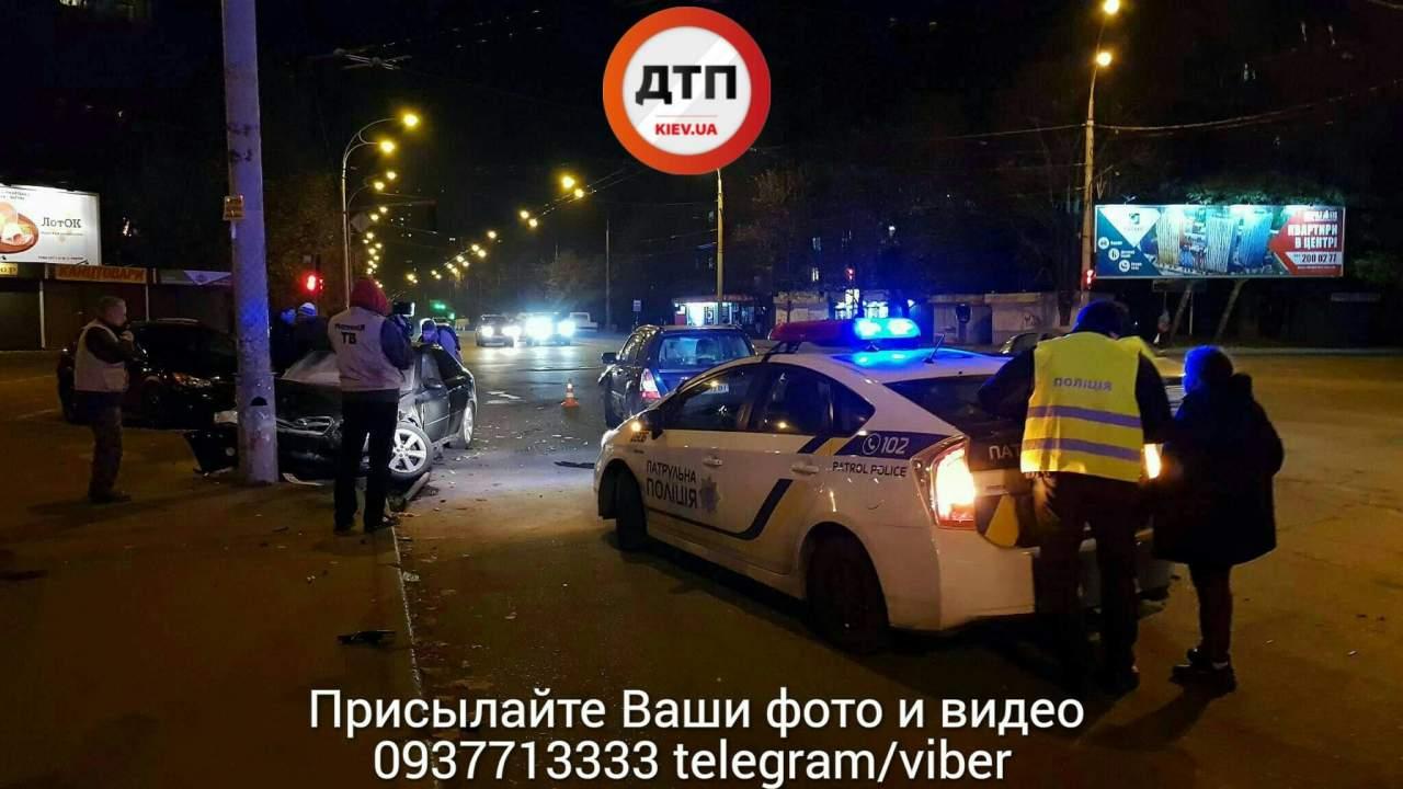 В Киеве в результате ДТП автомобиль врезался в электроопору (фото)