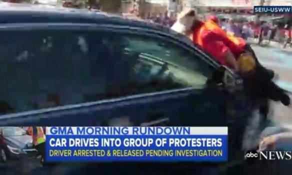 В Калифорнии водитель пытался задавить участников митинга за права мигрантов (фото)
