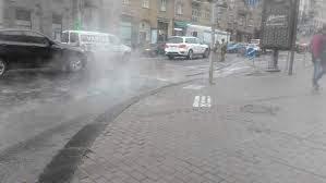 Столичную улицу залило кипятком (Видео)