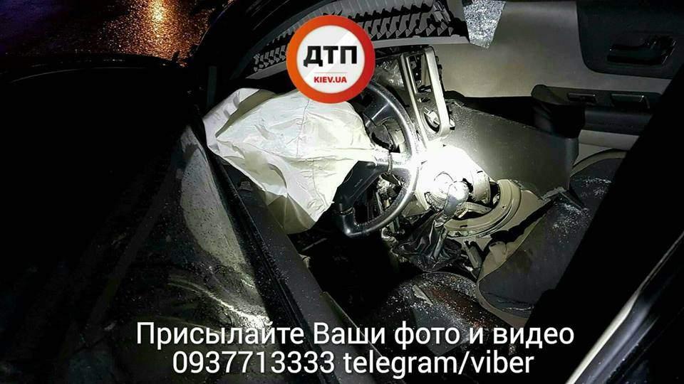 ДТП с пострадавшими в Киеве: Автомобиль всмятку (Фото)