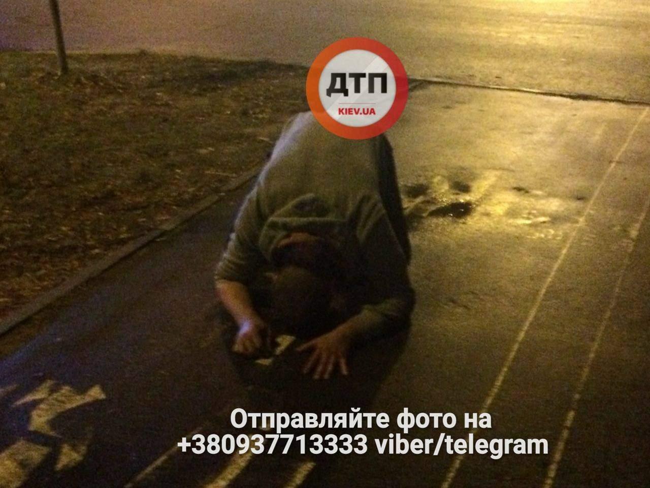 «Спасли от смерти»: в Киеве прохожие спасли бросавшегося под автомобили мужчину (фото)