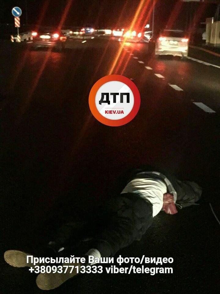 В Киеве под колёсами автомобиля погиб пешеход-нарушитель (видео)