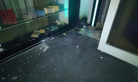 В Киеве неизвестные бросили в помещение развлекательного заведения пиротехнику (фото)