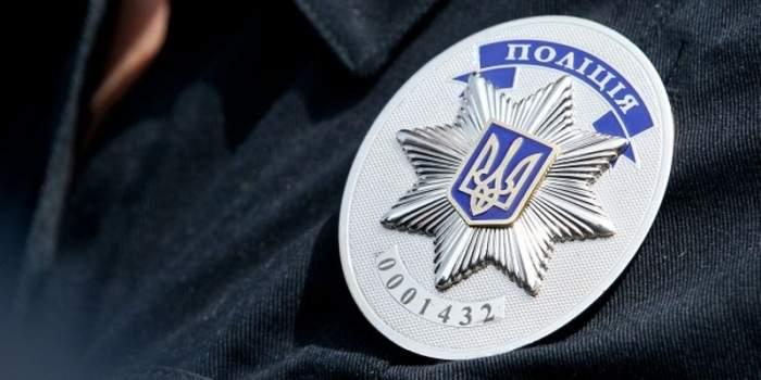 В Киеве пьяный мужчина проломил автоматические двери в ТЦ (видео)
