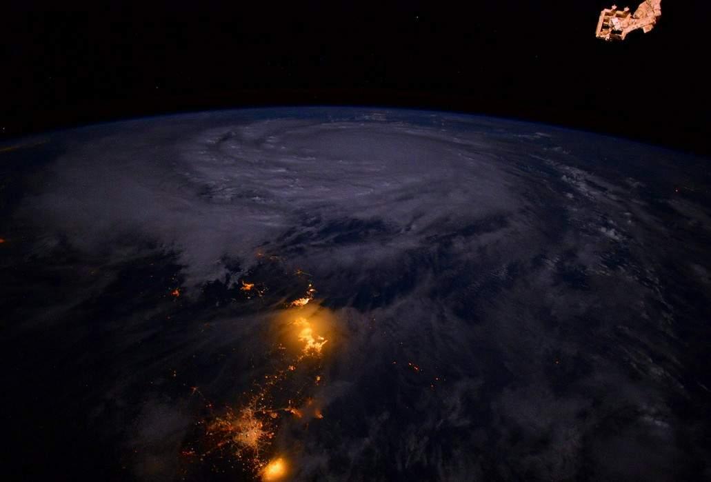 Итальянский астронавт показал удивительные кадры тайфуна с космоса (фото)
