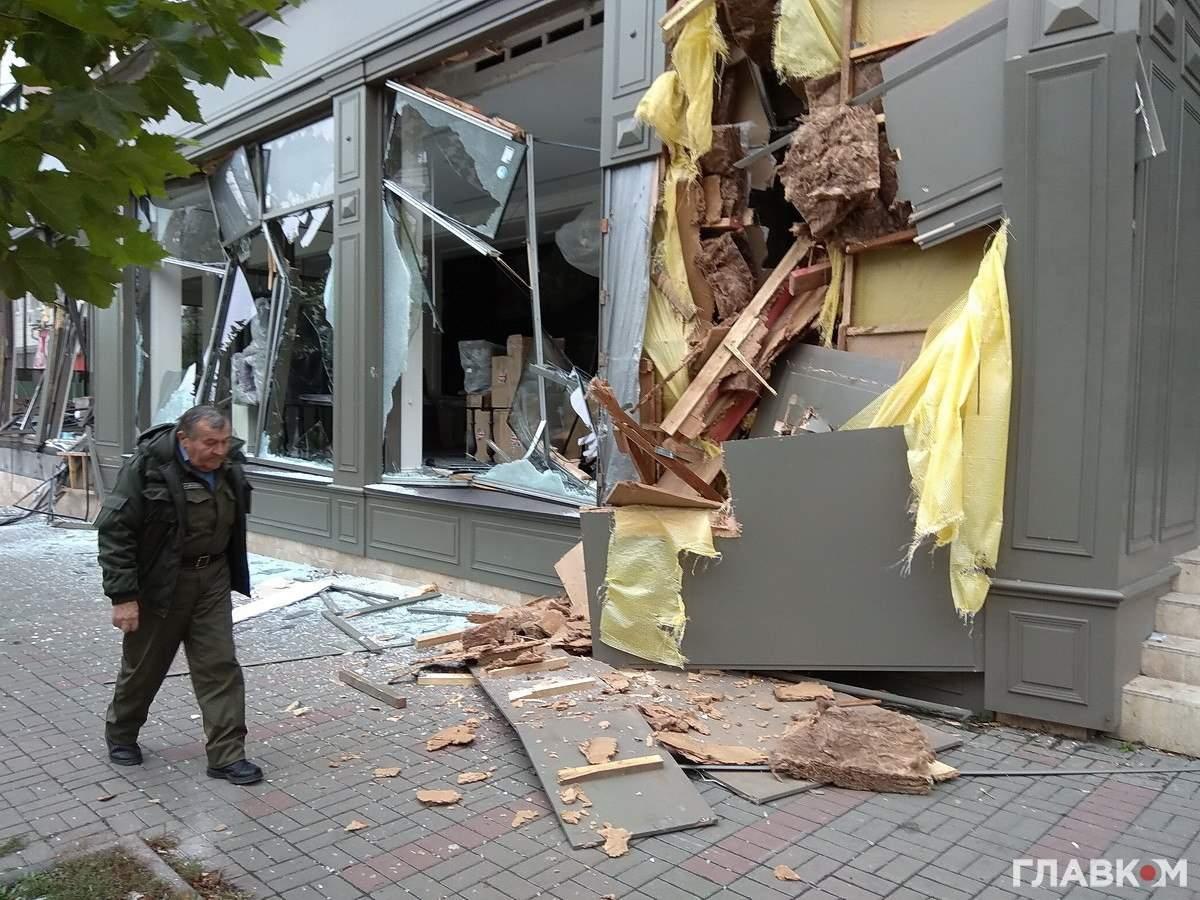 Неизвестные разнесли экскаватором магазин в Киеве (Видео)