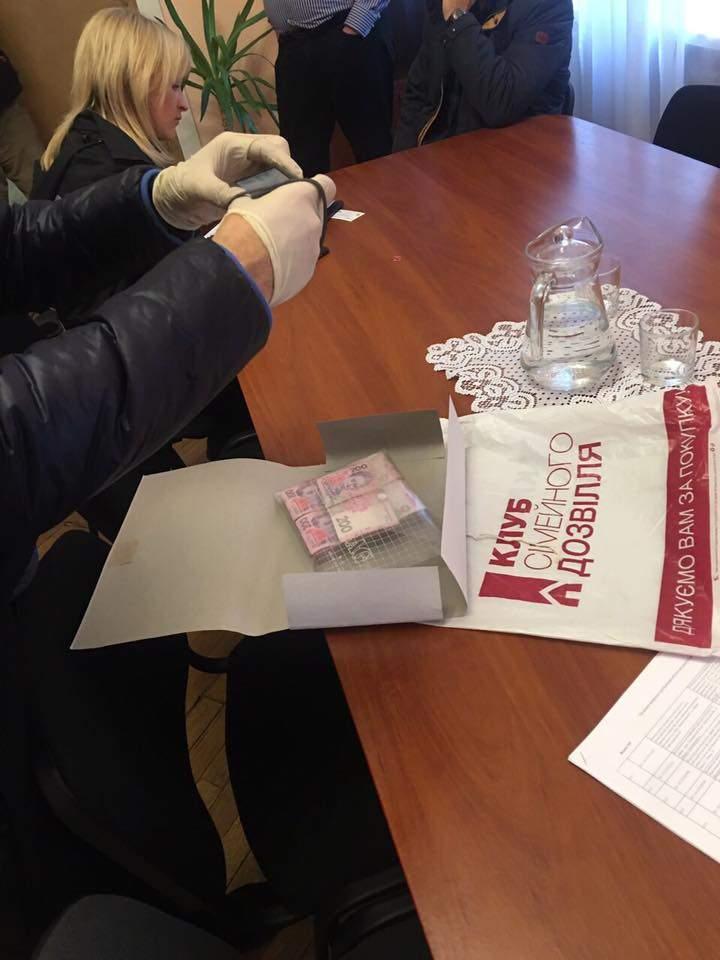 В Херсоне заместителю главы ОГА подбросили крупную сумму денег (фото)
