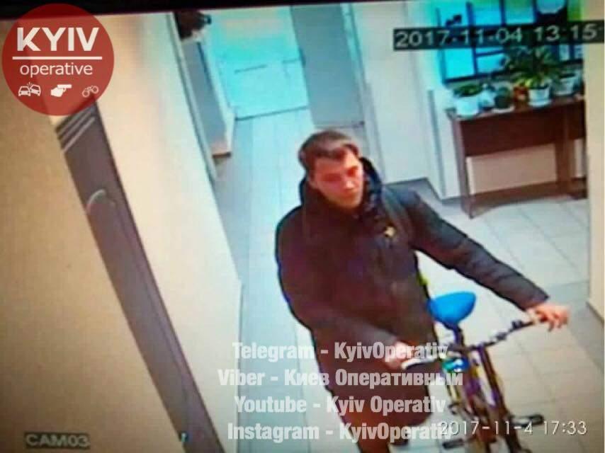 В столице мужчина из подъезда угнал велосипед: ведутся поиски злоумышленника (фото)