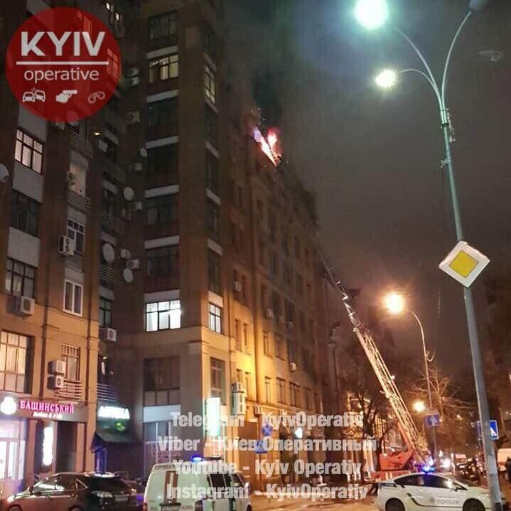 На крыше столичной многоэтажки возник масштабный пожар (Видео)