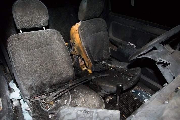 В Днепре ночью злоумышленники подорвали старый автомобиль (фото)