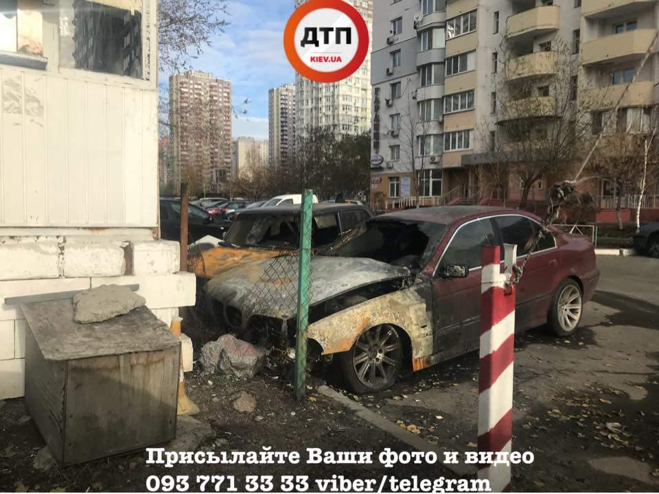 В Киеве на охраняемой парковке сожгли два автомобиля (фото)