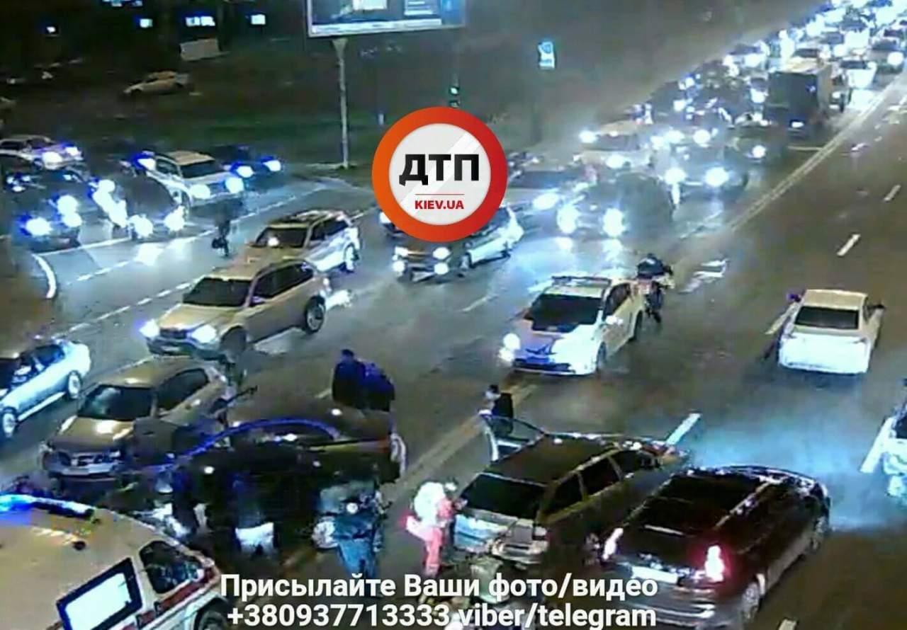 В Киеве ДТП при участии 5 авто: в одном из них зажало беременную женщину (фото)