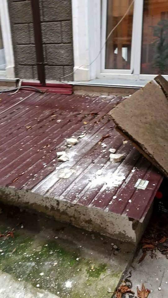 Одесситы жалуются на одну из улиц, где с крыш постоянно валятся камни (Фото)