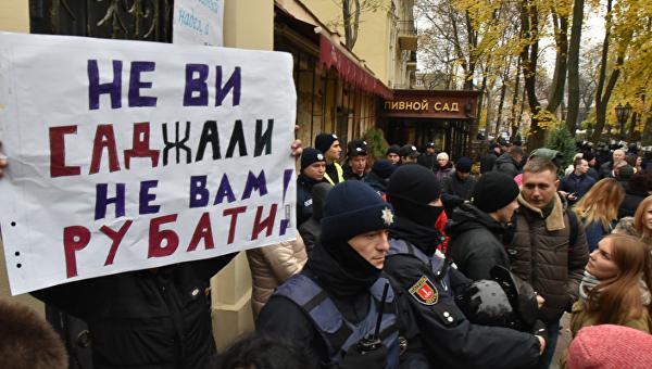 В Одессе в результате ожесточенного столкновения в Горсаду пострадали 6 полицейских (видео)