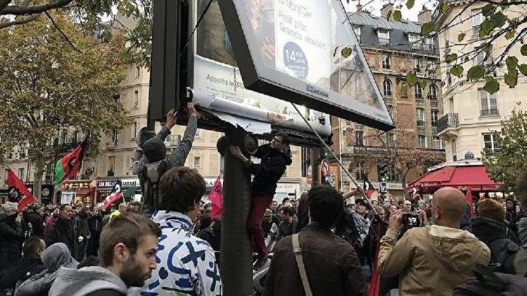 Жители Парижа устроили многотысячный марш против президента Макрона