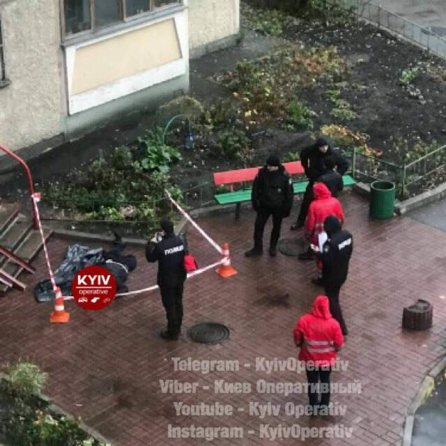 В Киеве возле жилого дома обнаружили бездыханное тело (фото)