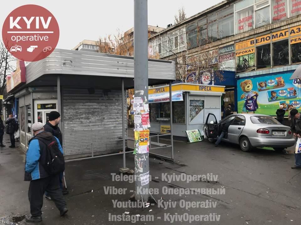 Очередное ДТП в Киеве: один из автомобилей отбросило в остановку транспорта (фото)