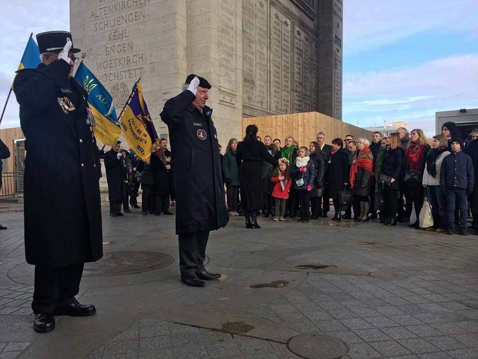 В Париже у Триумфальной арки украинская делегация почтила память падших в годы Голодомора (фото)