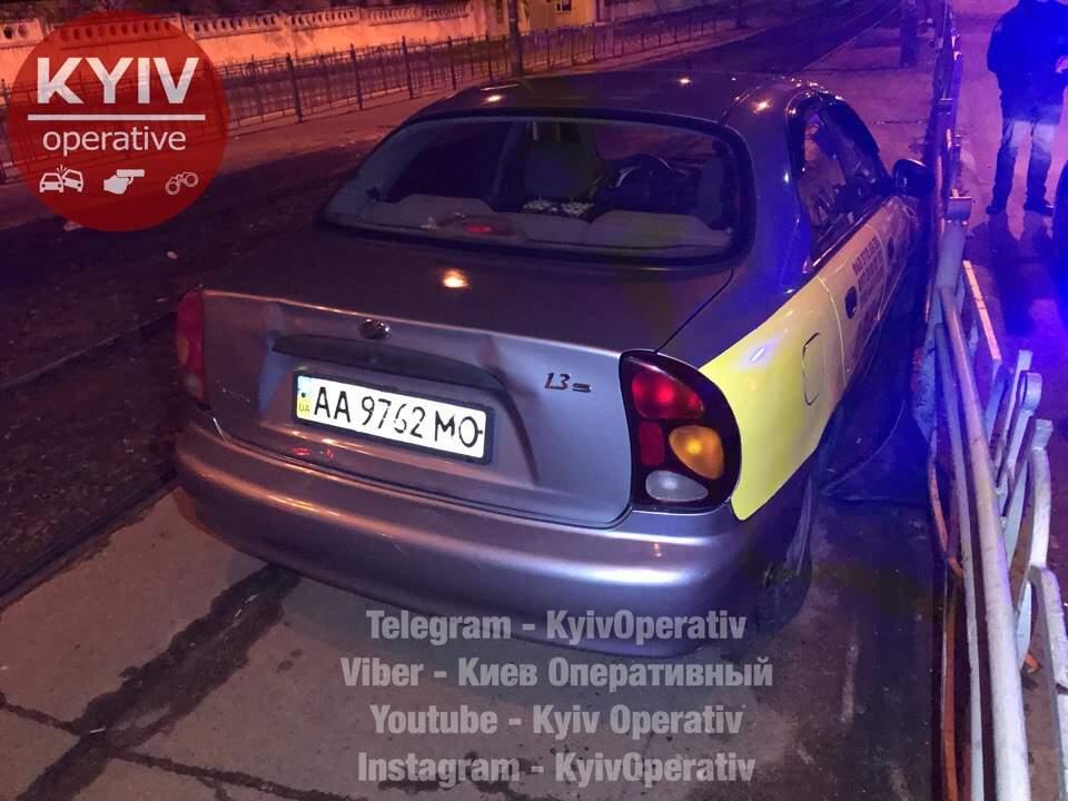 В Киеве пьяный таксист службы «Фаворит» въехал в ограждение (фото)