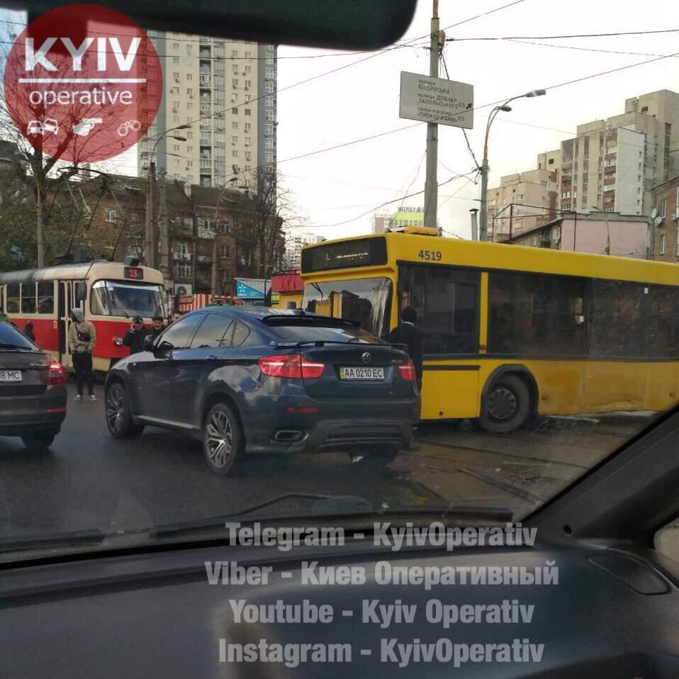 Невнимательный водитель спровоцировал серьезную пробку в столице (Фото)
